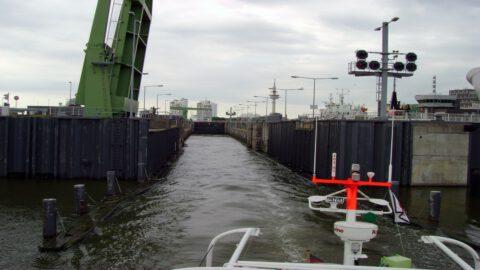 Schleusenpassage in Bremerhaven